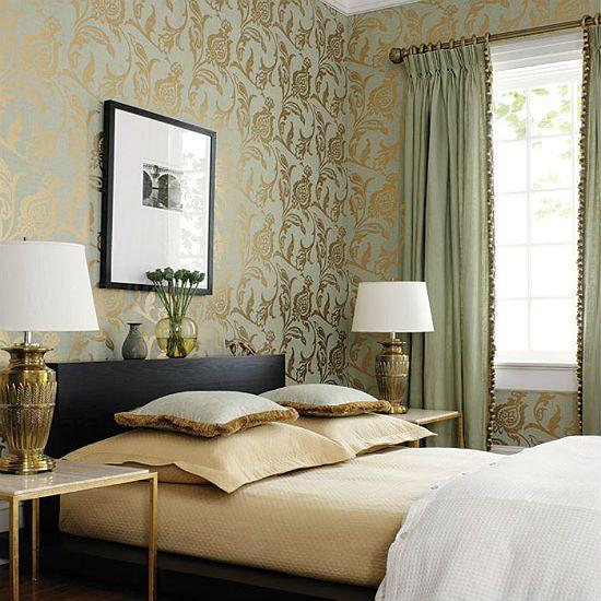 Нежные золотистые обои с рисунком в спальне