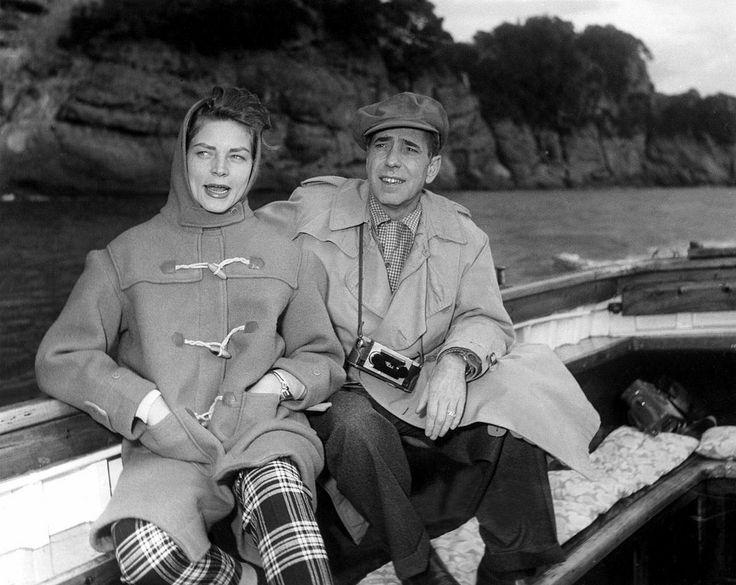 1954. Humphrey Bogart e Lauren Bacall a riposo in mare in Italia, durante le riprese di contessa scalza