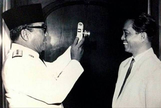 Brilio.net - Presiden Sukarno dikenal sebagai sosok sentral bagi kemerdekaan Indonesia. Bersama dengan Mohammad Hatta, ia dijuluki sebagai sang proklamator karena berhasil memproklamirkan kemerdekaan Indonesia pada tahun 1945. Meski dikenal sebagai sosok yang tegas, namun ternyata Bung Karno juga me