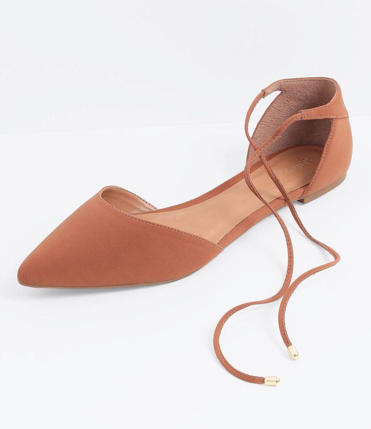 Sapatilha feminina  Modelo bico fino  Com amarração  Marca: Satinato  Material: sintético     COLEÇÃO INVERNO 2016     Veja outras opções de    sapatilhas femininas.        Sobre a marca Satinato     A Satinato possui uma coleção de sapatos, bolsas e acessórios cheios de tendências de moda. 90% dos seus produtos são em couro. A principal característica dos Sapatos Santinato são o conforto, moda e qualidade! Com diferentes opções e estilos de sapatos, bolsas e acessórios. A Satinato também…