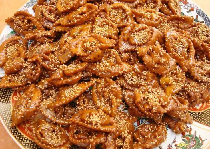 Pestiños marroquíes: chebbakia Receta de youssef- Cookpad Sesame Cookies, Honey Cookies, Cinnamon Cookies, Honey Recipes, Tofu Recipes, Recipes Dinner, Easy Recipes, Healthy Recipes, Moroccan Desserts