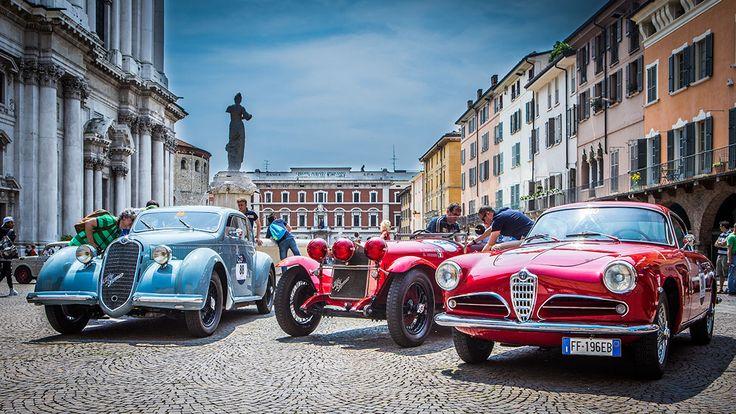 Alfa Romeo und die Mille Miglia - eine Liebesbeziehung, eine Legende. Mit dabei: Enzo Ferrari, Stirling Moss und Mercedes.  https://autorevue.at/autowelt/mille-miglia-fakten