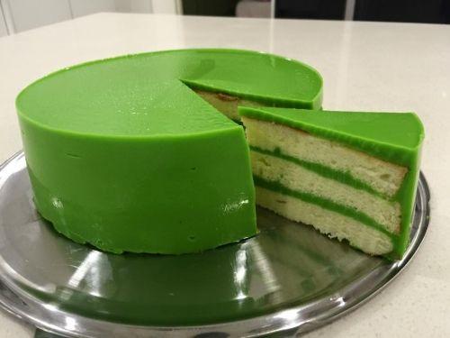 Pandan Layer Cake班蘭千層蛋糕的詳細做法,步驟,配料,圖片和視頻。本菜譜通過圖文並茂的方式教您怎麼做好吃的Pandan Layer Cake班蘭千層蛋糕。Pandan Layer Cake班蘭千層蛋糕,一款人見人愛的蛋糕,方法簡單容易,口感極佳,放入冰箱冷藏後再吃更加美味!