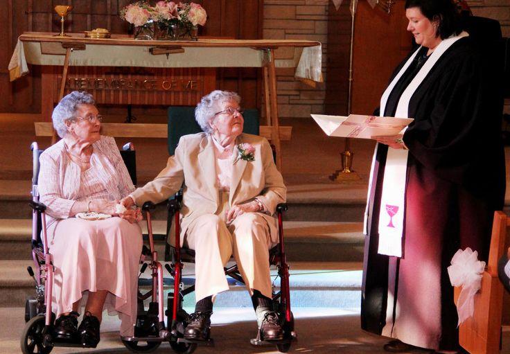 ENDELIG GIFT: Lørdag fikk Vivian sin Alice etter 72 år som kjærester. Presten Linda Hunsaker viet det aldrende lesbiske paret fra Iowa, og mente det var på høy tid. Foto: AP/The Quad City Times, Thomas Geyer/NTB Scanpix