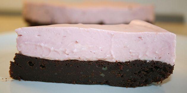 Et lækker stykke brownie med hindbærmousse på toppen.