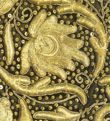 Золотое шитье в прикреп золотными, серебряными нитями и металлическими блестками. Деталь оплечья. Конец XVII в.