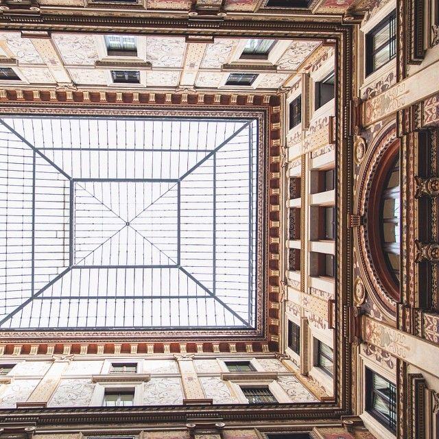 Rome Italie. Rapidement on marche et on oublie trop souvent de lever la tête. Prendre le temps de s'imprégner d'un lieu c'est aussi tout bête que de lever les yeux pour y découvrir une ambiance un style une architecture particulière. Rome t'es belle! -- Ne rate rien de nos aventures italiennes avec Keekoh curieux! Suis-nous via http://ift.tt/1ALo9cT -- #detourlocal #photooftheday #liveauthentic #letsgosomewhere #lookoftheday #landmarks #roma #rome #italy #italie #europe #amazingitaly…