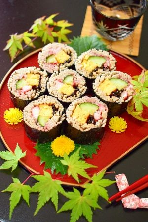 「世界に誇れる♪お蕎麦の☆五目巻き寿司」世界では有名な日本のお蕎麦。外国人はすするのが苦手ですが、巻き寿司にすれば大丈夫!五色の具材を入れて、彩りも綺麗。具材に味が付いているので、手でそのままパクッ♪【楽天レシピ】