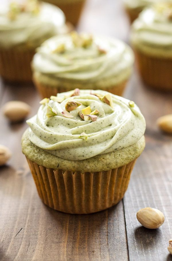 Pistacho Verde Magdalenas de té Matcha con queso crema Frosting | El té verde es el sustituto perfecto para el pudín de pistacho en caja en estos deliciosos pastelitos!  a travésreciperunner