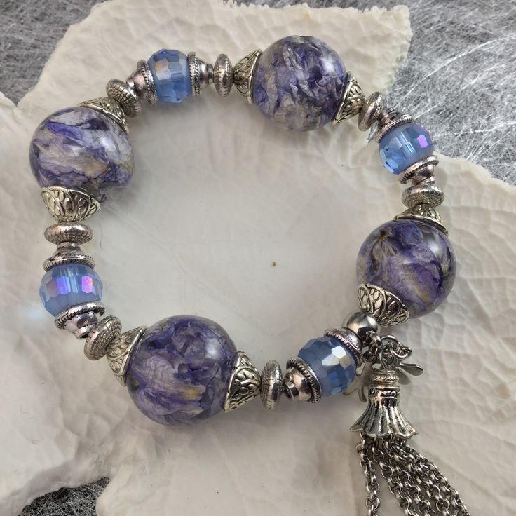 Bracelet bulles de résine et fleurs séchées de pied d'alouette bleu clair, perles en verre faceté, monté sur fil