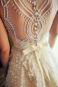 Schiena semi-scoperta e dettagli preziosi: lasciati ispirare dai nostri abiti da sposa >> http://www.lemienozze.it/gallerie/foto-abiti-da-sposa/