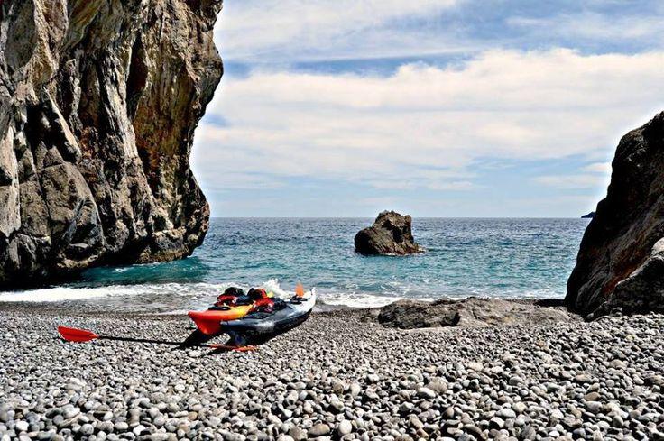 All'inizio della Costiera Amalfitana, tra Nerano e Positano, si nasconde una bellissima spiaggia lunga 25 metri di ciottoli bianchi e uniformi. Si tratta di Paturzo, una piccola meraviglia delimitata da rocce compatte e rivolta verso un tratto di mare sempre pulito. Un paradiso raggiungibile a bordo do un kayak.  | © Matteo Insolvibile - Campaniasuweb