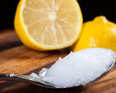 Cytryna to prawdziwa bomba witaminowa!Jestbogata w witaminy i minerały, w tym witaminy A, C, B1, B6, potas, bioflawonoidy, kwas foliowy, magnez, pektyny, fosfor, wapń. Właśnie ten bogaty skład sprawia że pomagają organizmowi zwalczać rozmaite choroby w tym cukrzycę. Ich regularne spożywaniewzmacnia odporność, ma też korzystny wpływ na trawienie, jelita i wątrobę.  Skórka z cytryny może być genialna wprzypadku problemów zestawami. Możesz stosować ją ma dwa sposoby: Sposób 1: Obierzdwie…