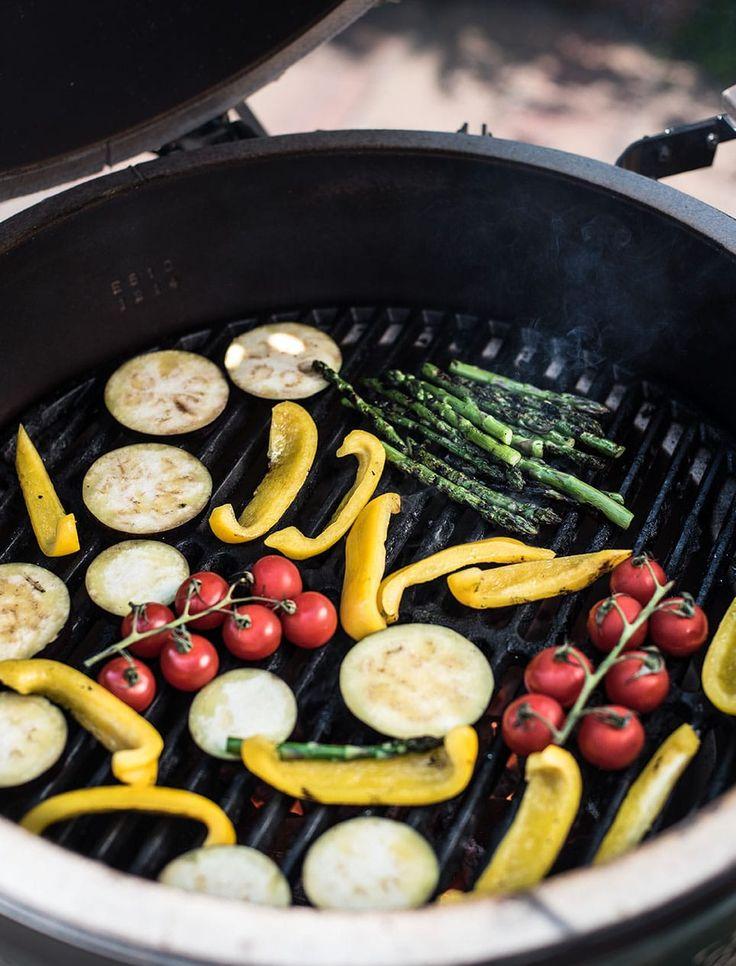 Klaar met de barbecue waar alleen maar vlees op ligt: maak ook lekkere groente van de barbecue! Een recept voor groente van de BBQ met asperges, paprika, aubergine