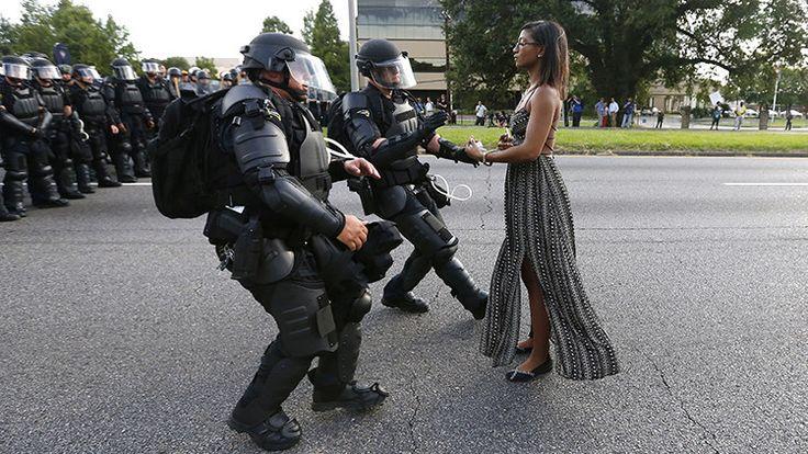 Una fotografía única de las protestas contra la brutalidad policial conmueve el mundo - RT