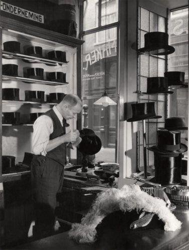 Hoge hoedenmaker, de heer Hogenes in zijn winkel te Amsterdam, Korsjespoortsteeg, 8 december 1948.
