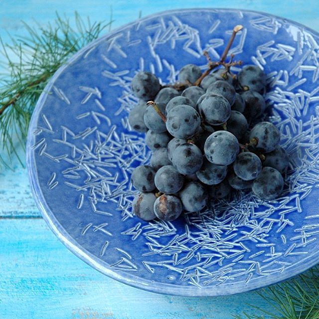 С добрым утром! Вот такая чудесная тарелка появилась в #dishwishes. Настоящие еловые иголки отмяты в глину и превращены в яркую тарелку, которую можно смело использовать для сервировки овощей, фруктов, печенья, сладостей... одним словом - использовать как обычную посуду, и в посудомойке тоже можно мыть 😊