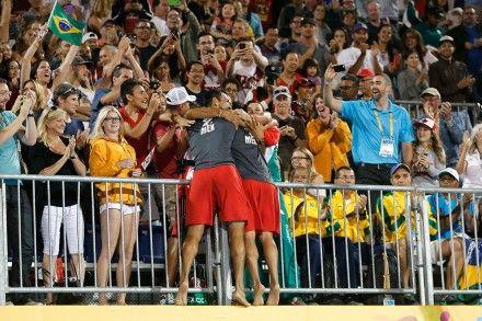 Los mexicanos Rodolfo Ontiveros y Juan Virgen dieron este martes la sorpresa al arrebatar la medalla de oro en voleibol de playa a los brasileños Vitor Felipe Araujo y Álvaro Filho Magliano, quienes marcaban como favoritos en esta final de los Panamericanos de Toronto 2015.  Los mexicanos se impusieron por 18-21, 21-13 y 15-8 a los subcampeones del mundo en 2013 y consiguieron la primera medalla de oro panamericana para el país en esta modalidad deportiva, que hasta ahora había conseguido…
