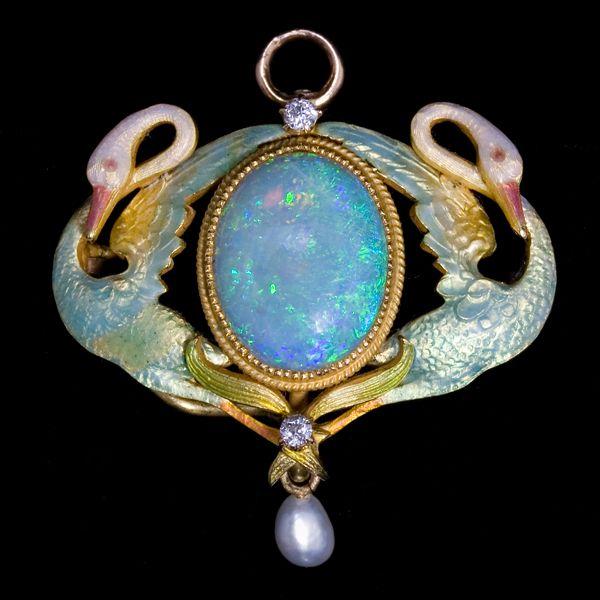 Art Nouveau broche. Geelgouden broche met translucent emaille gezet met een levendige opaal, diamanten en een parel. De broche kan ook als hanger gedragen worden