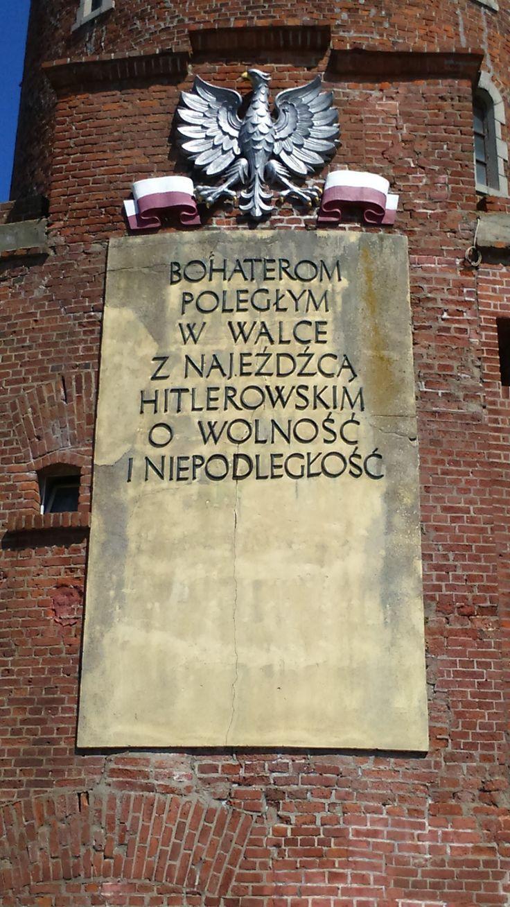 Kołobrzeg - tablica na latarni morskiej w Kołobrzegu. To warto zobaczyć w Kołobrzegu.