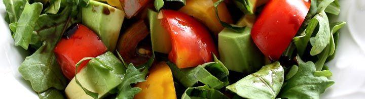 Πράσινη σαλάτα με αβοκάντο !!Υλικά:4 φύλλα μαρούλι, ψιλοκομμένο6 ντοματίνια…