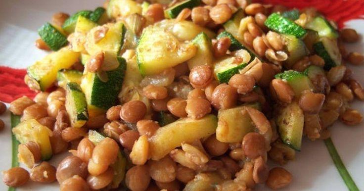 Fabulosa receta para Ensalada de lentejas y calabacín. Ensalada de lentejas con calabacín, cebolla y ajo rehogado, un puntito de mostaza y bien revuelto, muy rica.