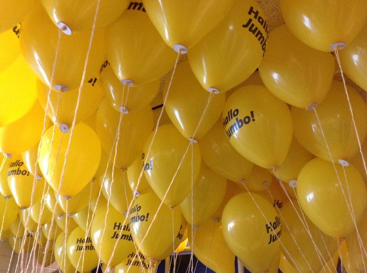Bijna klaar, een kleedkamer vol met Jumbo ballonnen!    ballonnen oplaat actie op Het Vlier - 15-6-2012