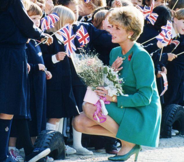Diana incanta i bambini in Corea nel 1992, tagliando una cifra sorprendentemente simile a quello di Kate