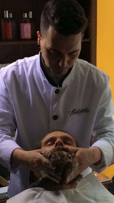 Andrea lavando una barba en la barbería pop-up de Malayerba en Casa Decor. www.barberiamalayerba.es