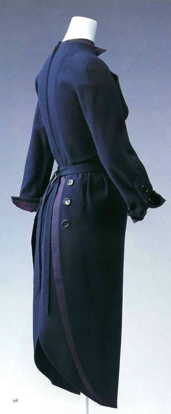 Дневное платье. Кристиан Диор, около 1949. Темно-синяя шерсть полотняного переплетения, фигурный разрез в середине нижней части юбки, верхняя юбка.