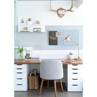 Diesen Schreibtisch kannst Du super einfach selbst zusammenstellen – einfach mit zwei Ikea-Schubkästen und einer Schreibtisch-Platte obendrauf.   18 tolle Ideen, wie Du Dein Büro zuhause schön gestalten kannst: