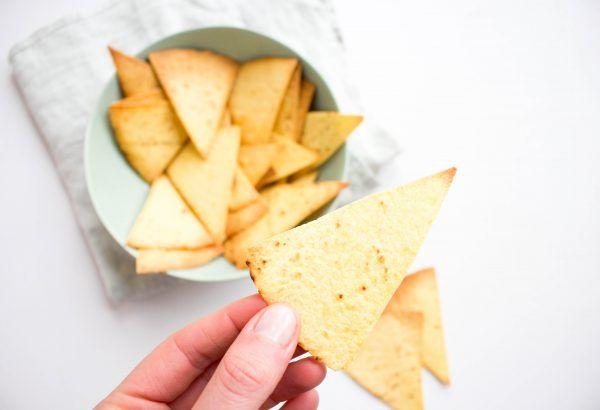 Zelfgemaakte tortilla chips van mais wraps. Heel makkelijk om te maken en heerlijk met een tomatensalsa, guacamole of een (Mexicaanse) salade.