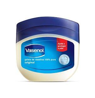 10 maneiras de usar a vaselina a seu favor. Versátil, o produto vai além de hidratar partes ressecadas do corpo – como cotovelos, pés e joelhos – e pode ser usado como demaquilante e até para fixar makes e perfumes.