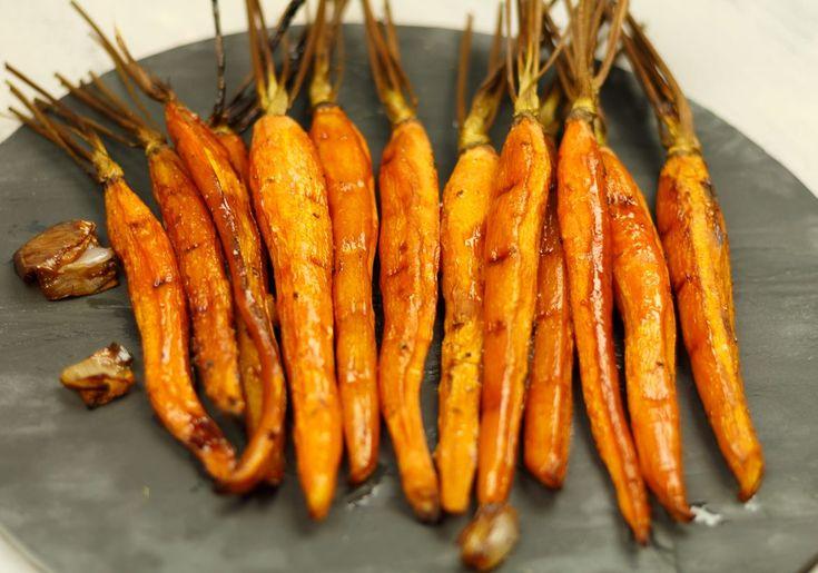 Heerlijke gekarameliseerde wortels uit de oven. Lekker bij vlees, maar minstens zo lekker met een stukje gegrilde zalm met een pesto van dille!
