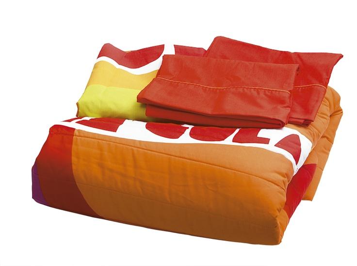 Ácida mezcla de colores en la que predominan el naranja, el amarillo y el verde.  Este juego de cama es perfecto para