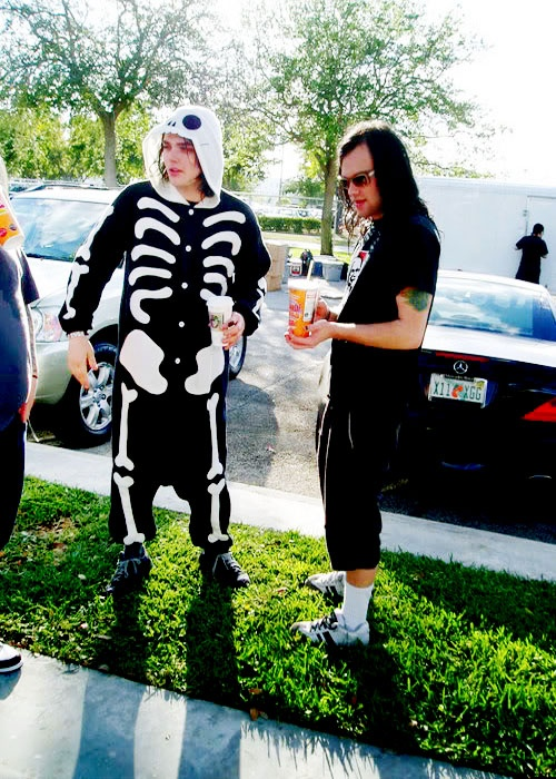Gerard Way and Bert McCracken. There's something about My Chemical Romance + The Used that feels so damn right together. Ahh, my two loves are best buddies. Makes me tear up :')