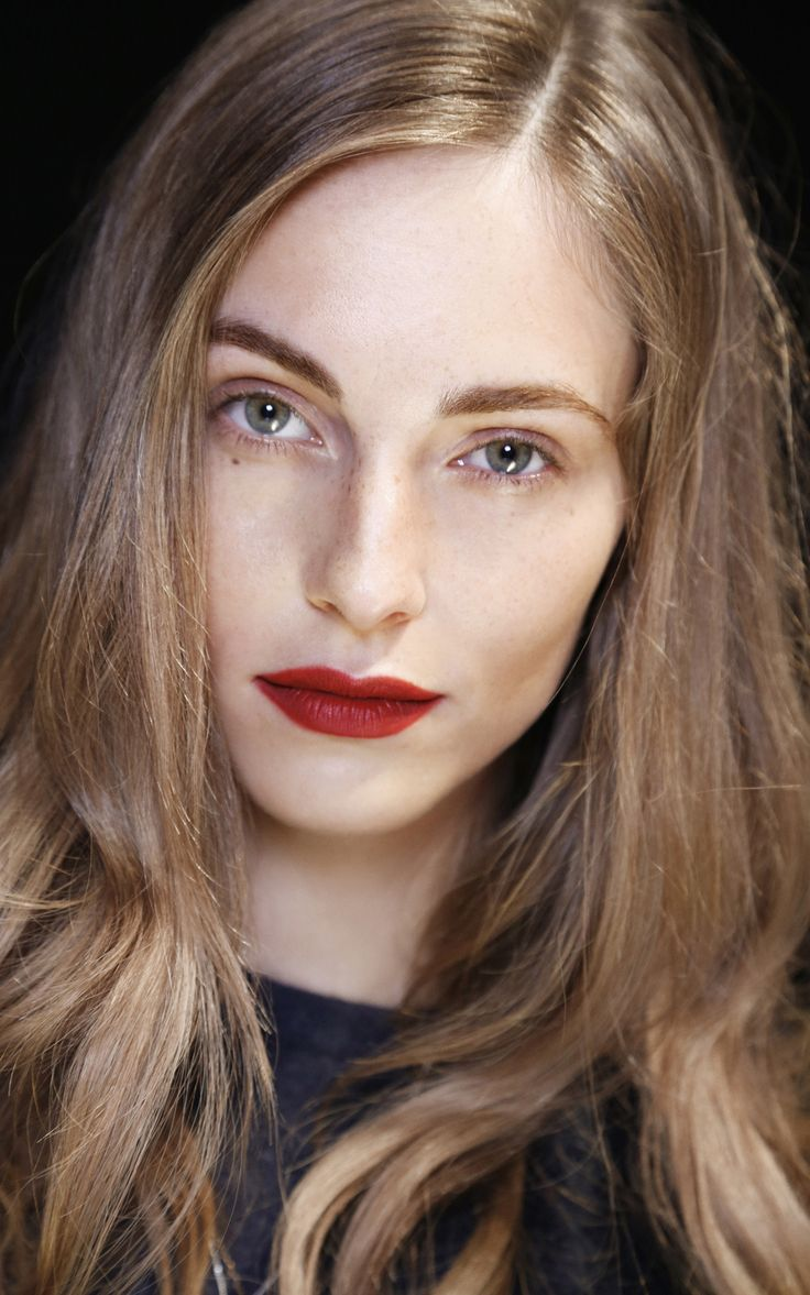 Burberry beauty at the Spring/Summer 2013 show. Lips, eyebrows are the heroes of the look. Light shimmer in the inner corners.