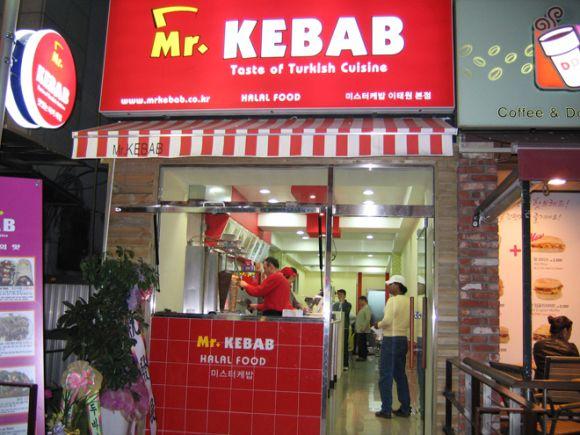 Daerah Itaewon banyak dijual makanan halal. . :)