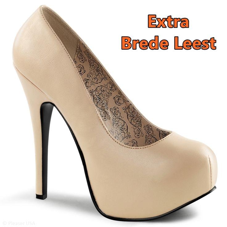 Deze mooie beige of zandkleurige pumps met een ronde neus zijn speciaal voor de extra brede voet en alleen beschikbaar in grote schoenmaten | Silhouette