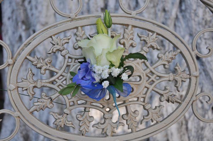 #Cocarda crem din #trandafiri și #gipsofilă. #butoniere