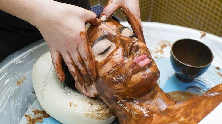 Te-ai săturat de senzația de piele care te strânge? Folosește masca minune pe bază de iaurt și cacao pentru ten uscat