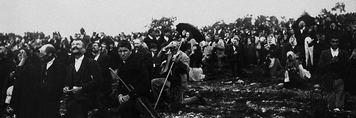 """Les apparitions mariales Pèlerins observant la """"danse du soleil"""""""