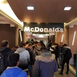 Roma assalto al McDonald's di piazza di Spagna colloqui di lavoro per 250 persone #lavoratori #salari #tasse #roma #stipendo #INPS