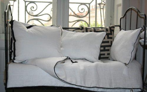coussins bordés de noir 40x60 cm (22 €) édredon bordé de noir 60 x 200 cm (64 €)