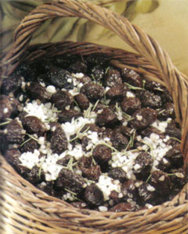 > Ελιές τσακιστές στη σαλαμούρα    Παίρνουμε πράσινες ελιές και τις σπάμε μια-μια με το σφυρί ή με πέτρα πάνω σ' ένα μάρμαρο ή σανίδι. Τι...- Έτσι μαγείρευε η γιαγιά της Ρόδου - Η ΡΟΔΙΑΚΗ