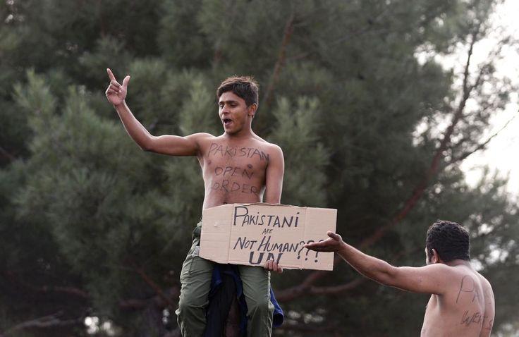 26.11 Des migrants du Pakistan protestent à la frontière grecque, contre la décision des autorités macédoniennes d'ouvrir les frontières seulement aux migrants syriens, irakiens et afghans.Photo: Reuters/Stoyan Nenov