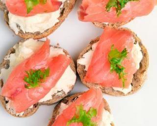 Blinis light au fromage frais 0% et saumon fumé : http://www.fourchette-et-bikini.fr/recettes/recettes-minceur/blinis-light-au-fromage-frais-0-et-saumon-fume.html