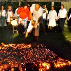 La Ciencia De Caminar Sobre Fuego    Durante siglos, dominar el fuego ha sido uno de los ritos esenciales de la hechicería o de la magia. En los Balcanes, Sri Lanka, en Fiji y otras islas del Pacífico, ciertos hombres han caminado sin dolor sobre carbones y brasas ardiendo. Pero ¿por qué es esto posible?