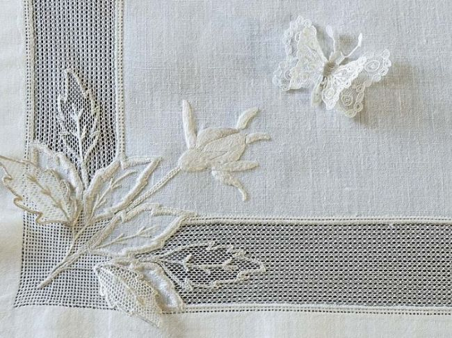 white on white embroidery ....immagine dell'evento @ Afshan Shahid