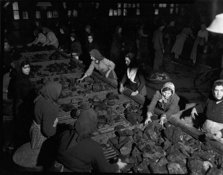"""fonte: Settimanale Tempo   didascalia: """"Vita di minatore"""". Carbonia 1950  firma: © Federico Patellani"""